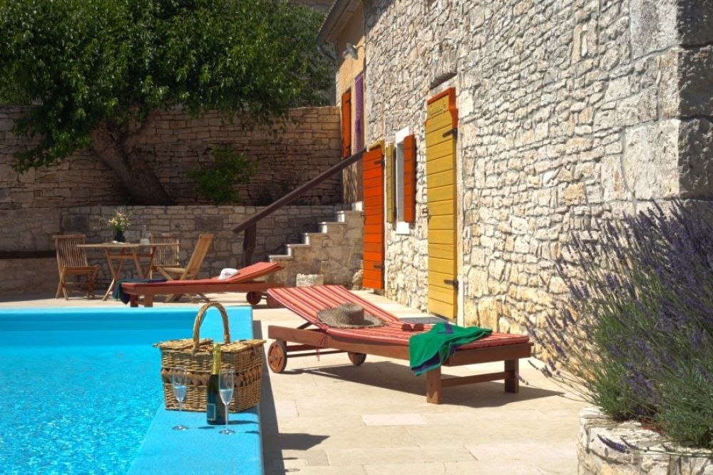 Villa for rent, Stone house with swimming pool Svetvinčenat Istria monthly rental.